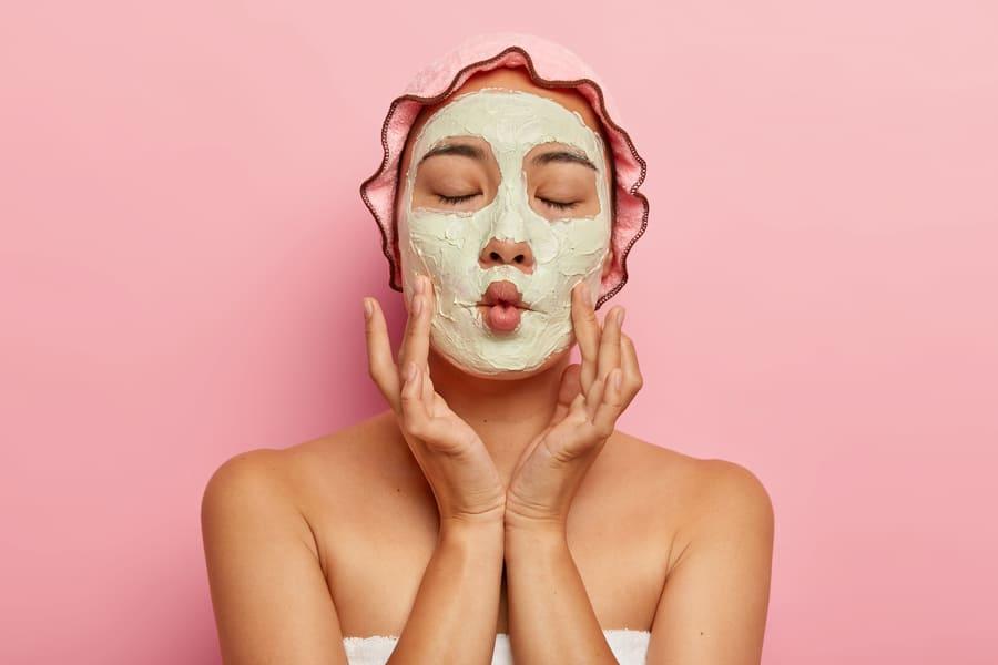 Femme avec masque cosmétique