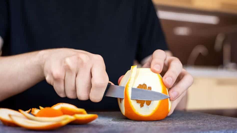 Éplucher une orange