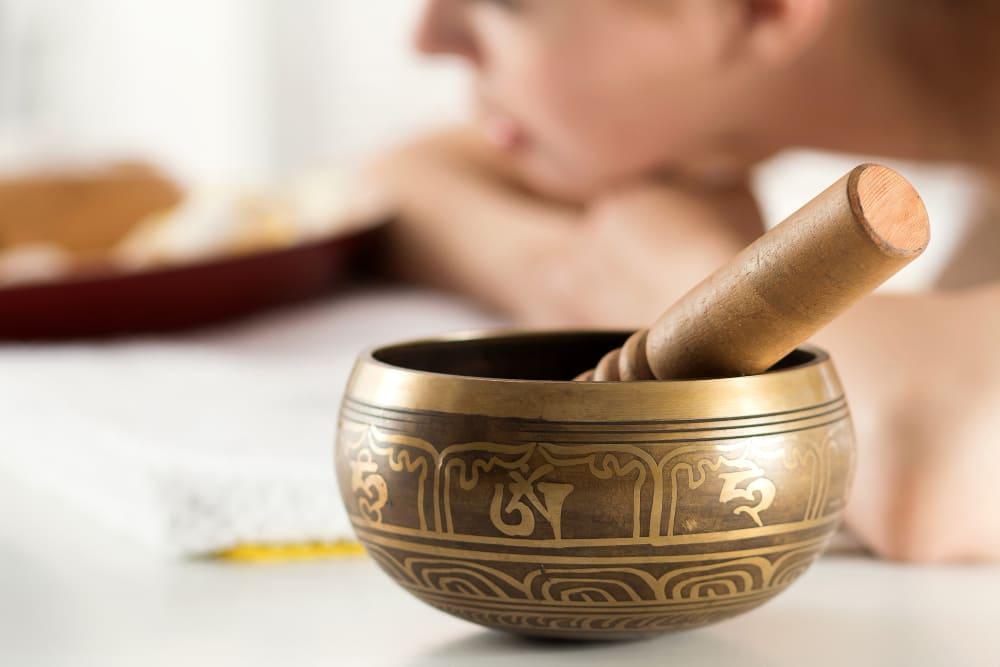 nettoyer énergétiquement la maison avec un bol tibétain