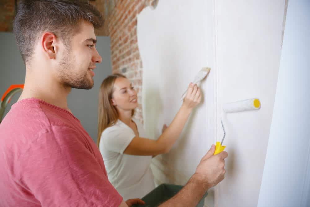 un couple utilisant de la peinture écologique